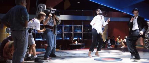Thurman y Travolta, bajo la mirada del equipo de rodaje.